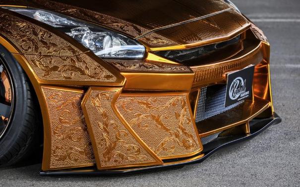 Nissan R35 GT-R gold